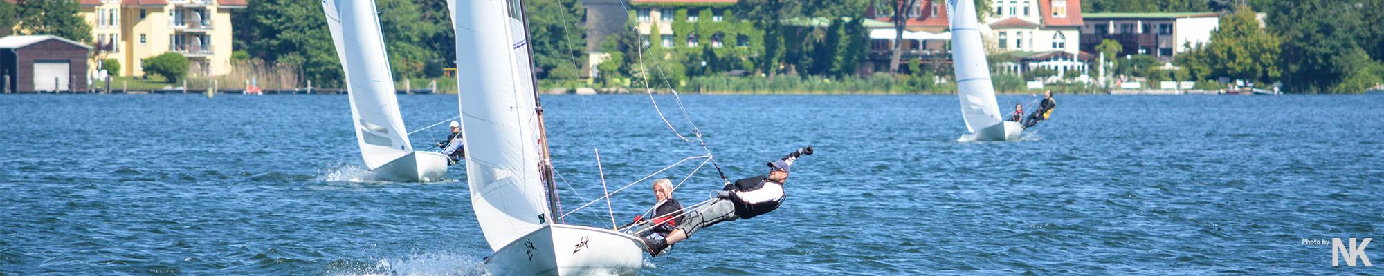 Mehrere Flying Dutchmans (FD) auf Am-Wind-Kurs im Trapez