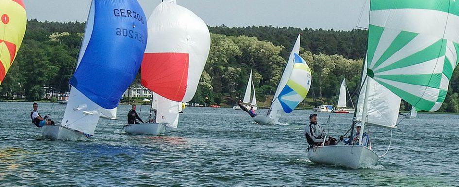 Mehrere Flying Dutchmans (FD) auf Raumwindkurs mit bunten Spinnacker-Segeln