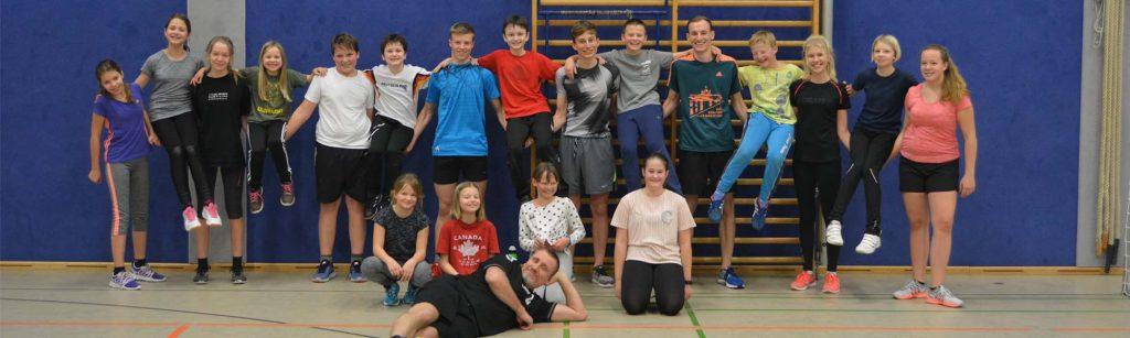 Die Jugendgruppe des SSVaW beim Wintertraining in der Sporthalle, im Hintergrund eine Sprossenwand
