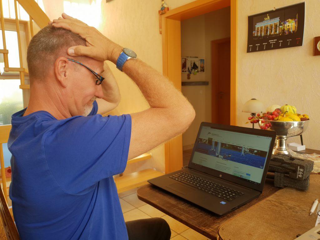 Maik verzweifelt vor dem PC