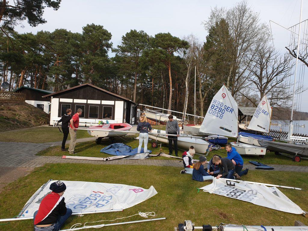 Die Jugendabteilung baut die Segelboote für die kommenden Segelsaison auf.