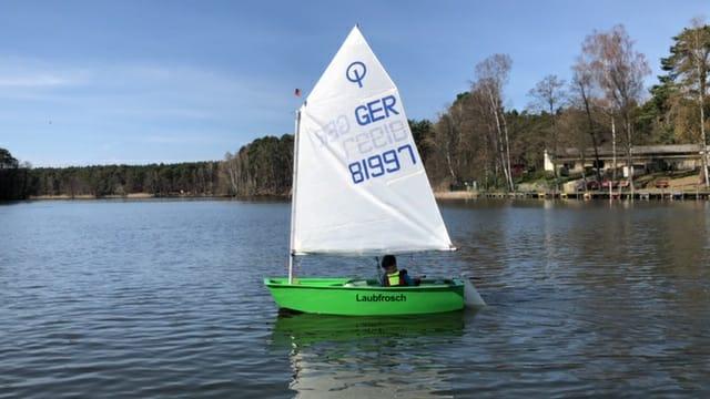 grünes segelboot