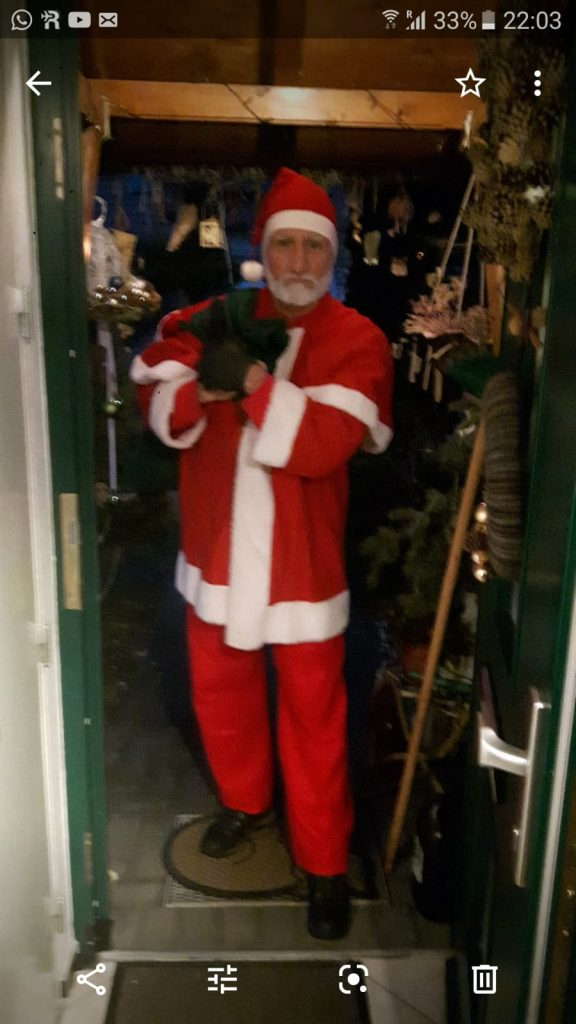 Maik als Weihnachtsmann verkleidet